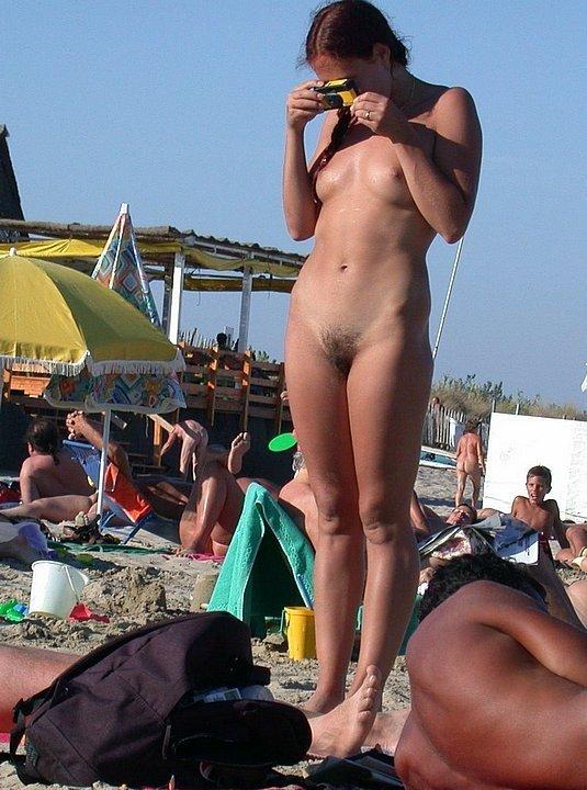 Смелые тёлки фотографируются перед камерами, откровенно показывая свои эротичные фигурки