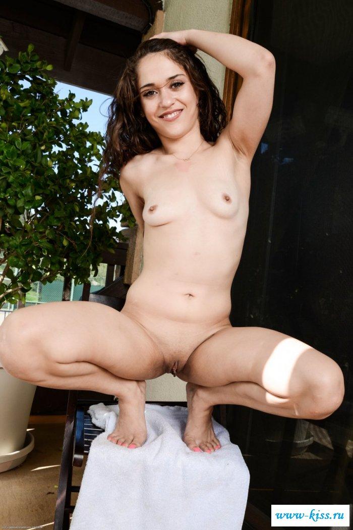 Роскошная хозяйка начинает порнушку в доме
