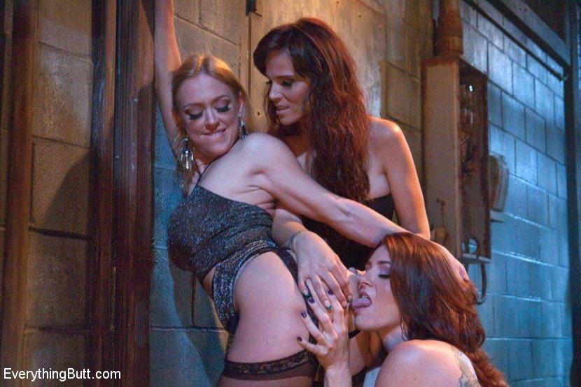 Три озабоченных девушки делают незабываемую мастурбацию и балуются игрушками