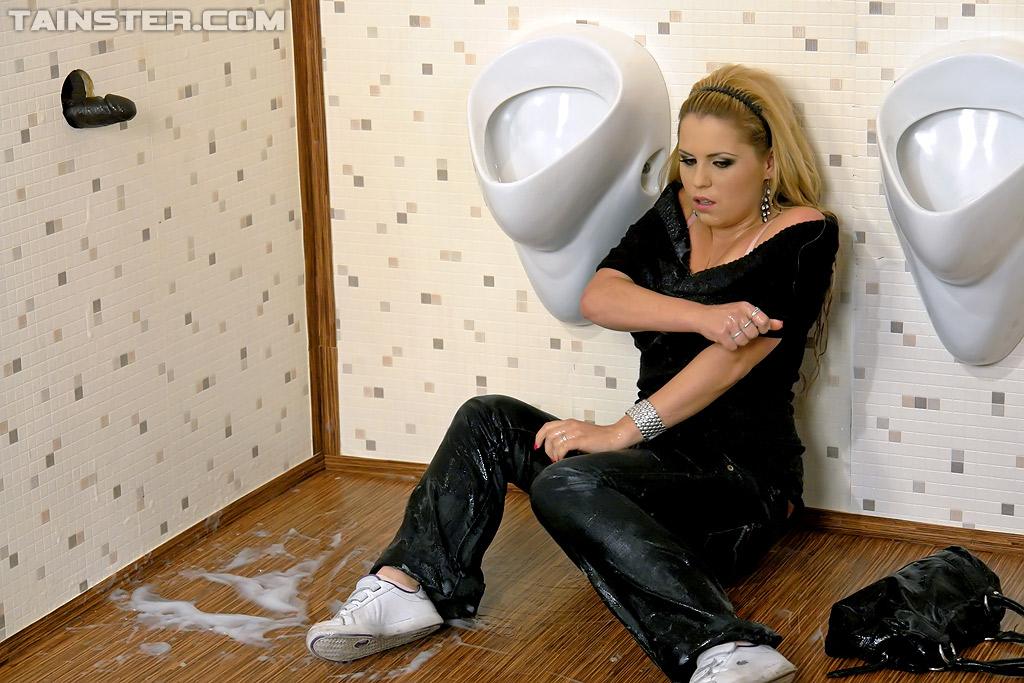 Блондиночка в общественном туалете сосет черный пенис незнакомца