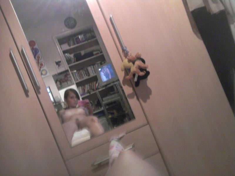 Девушка выпендривается перед зеркалом