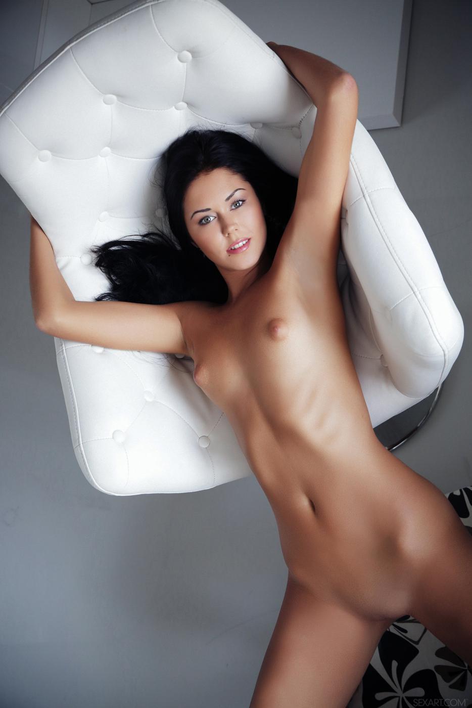 Великолепная модель с темными волосами Macy B спускает стринги на стуле и демонстрирует карамельную пизду