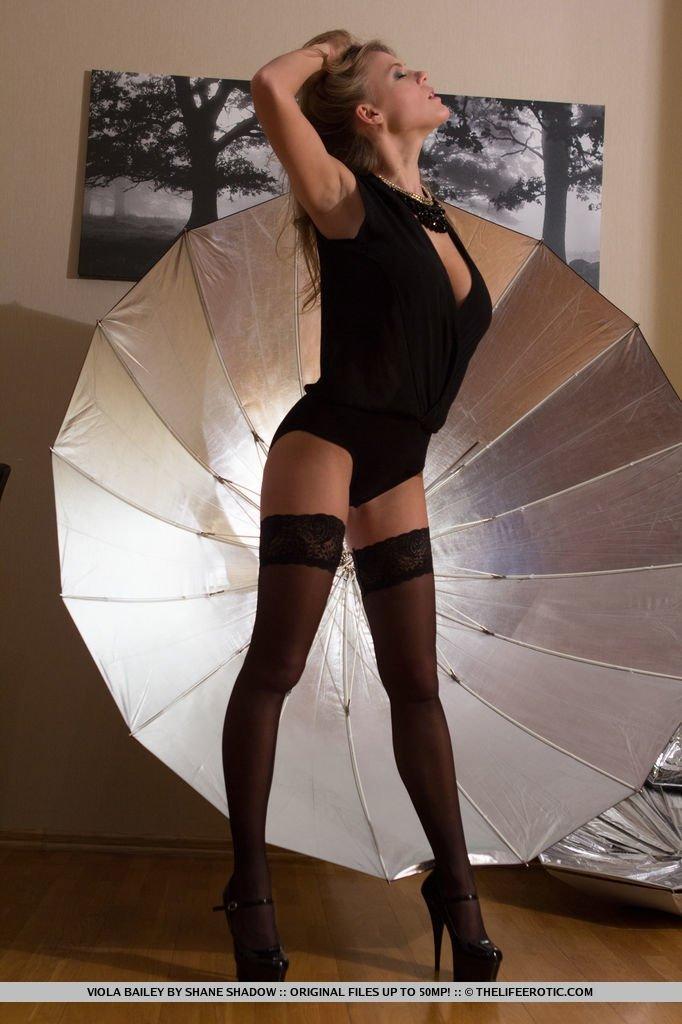 Брюнеточка с зонтиком