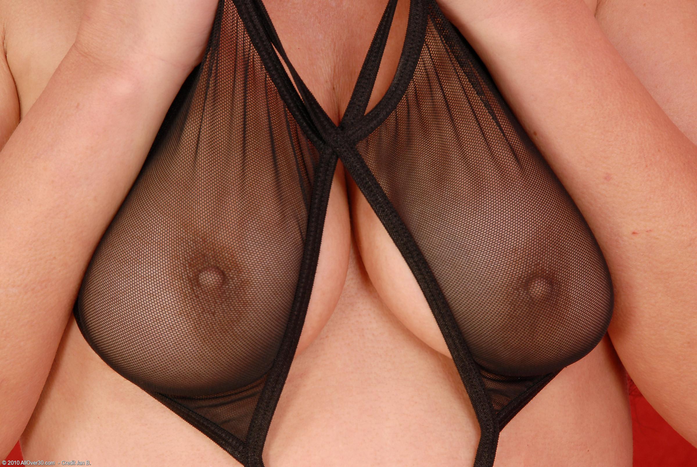 У привлекательной возрастной представительницы слабого пола есть, что показать и чем порадовать глаз соседа