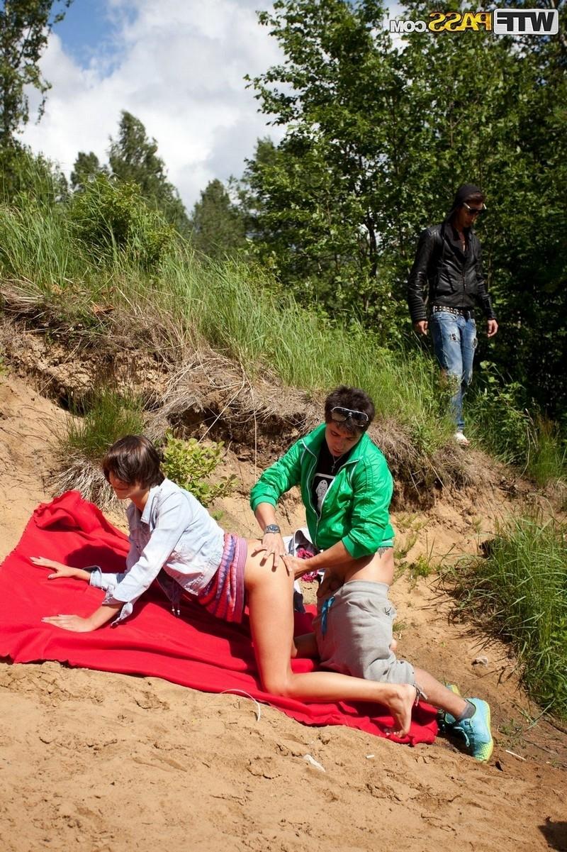 Пьяная молодёжная групповуха в естественной среде