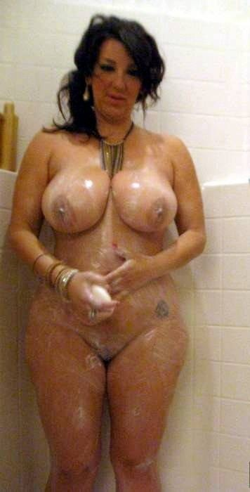 Фантастическая возрастная брюнетка с крупной грудью