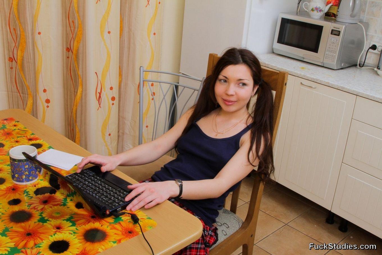 Русская девка Зоя в домашних условиях сидит за нетбуком, пацан жаждет ее выебать, он ебет ее прямо за обеденным столом