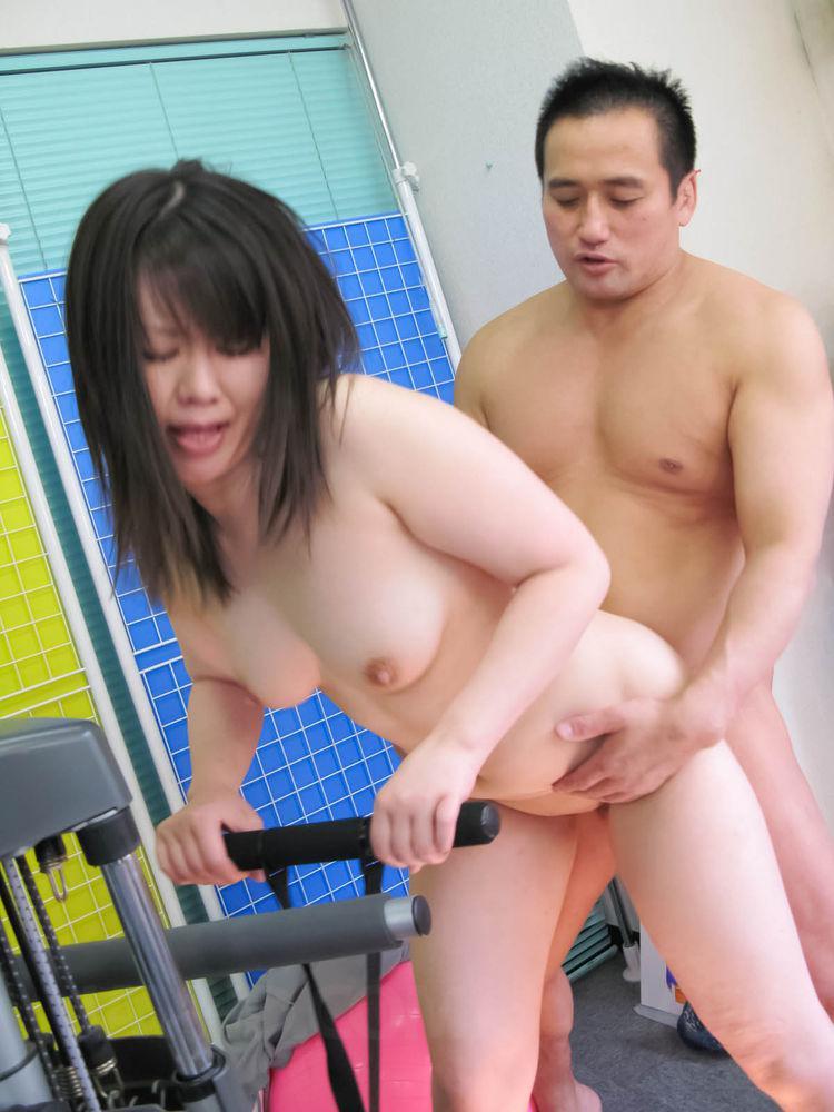 Хорошенькая азиатская дама Seira Rando желает заниматься отсосом и игрушки в своей пизде
