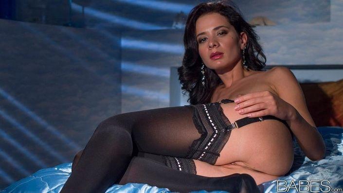 Властная русая порноактрисса в эротическом белье обнажает соблазнтельную письку