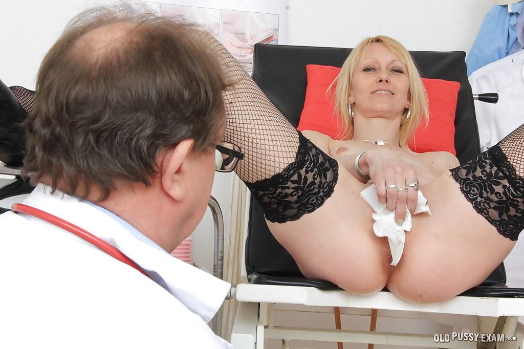 Похотливый доктор проверил киску взрослой блондинки на медосмотре