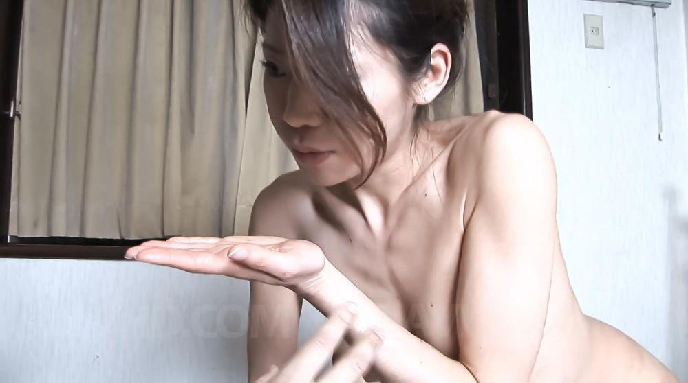 Симпатичная небольшая китаянка Mizuki Ogawa обнажает стриптиз для своего юношу и делает ему лучший минет в его жизни