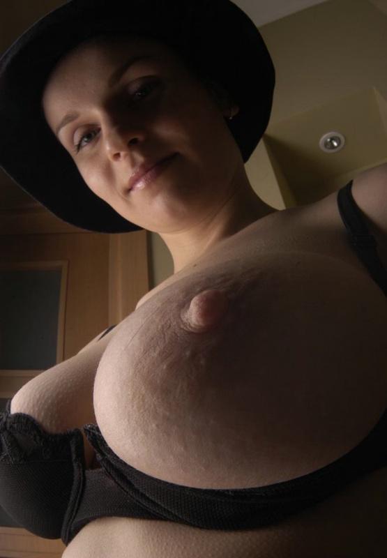 Французская дамочка в шляпе демонстрирует свою сексуальность