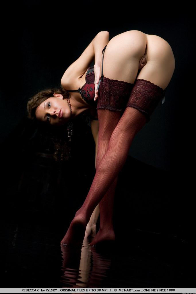 Распутная Ally N в нейлоновых носках обожает показывать свою ухоженную манду