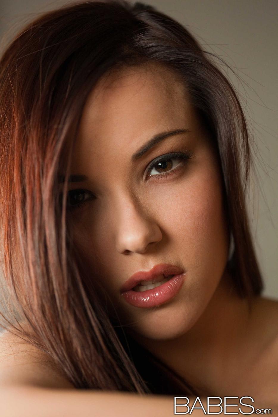 Титястая модель с темными волосами в чулочках Laura TSC принимает такие позы, что ее грудь выглядит лучше некуда
