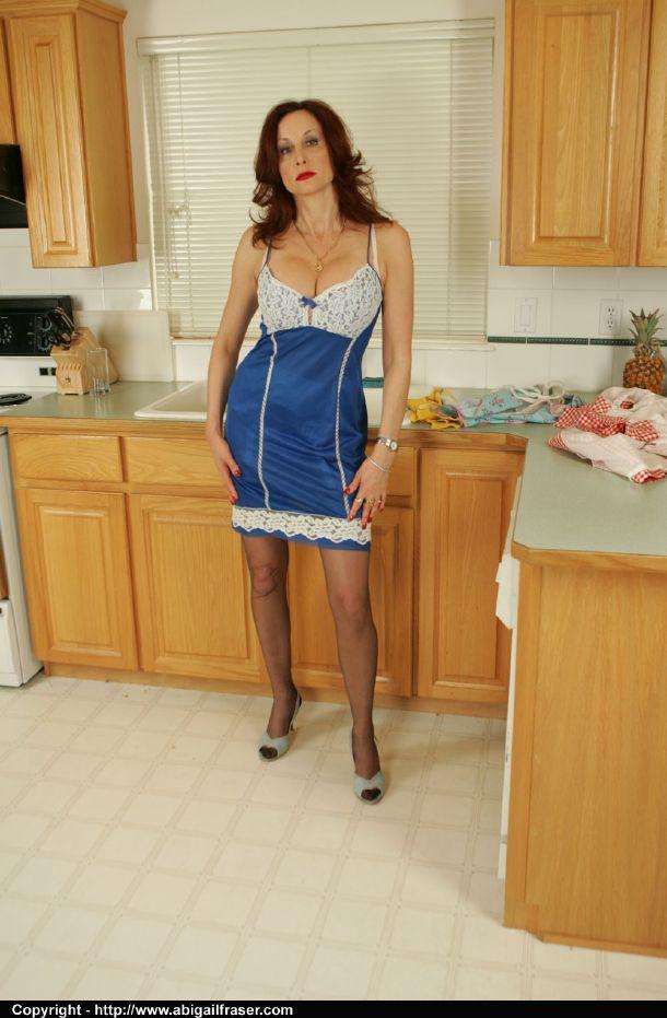 Кухарка неспешно снимает одежду в домашних условиях