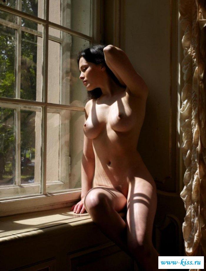 Голая Даша Астафьева около окна